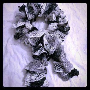Elegant scarf in black/grey/white